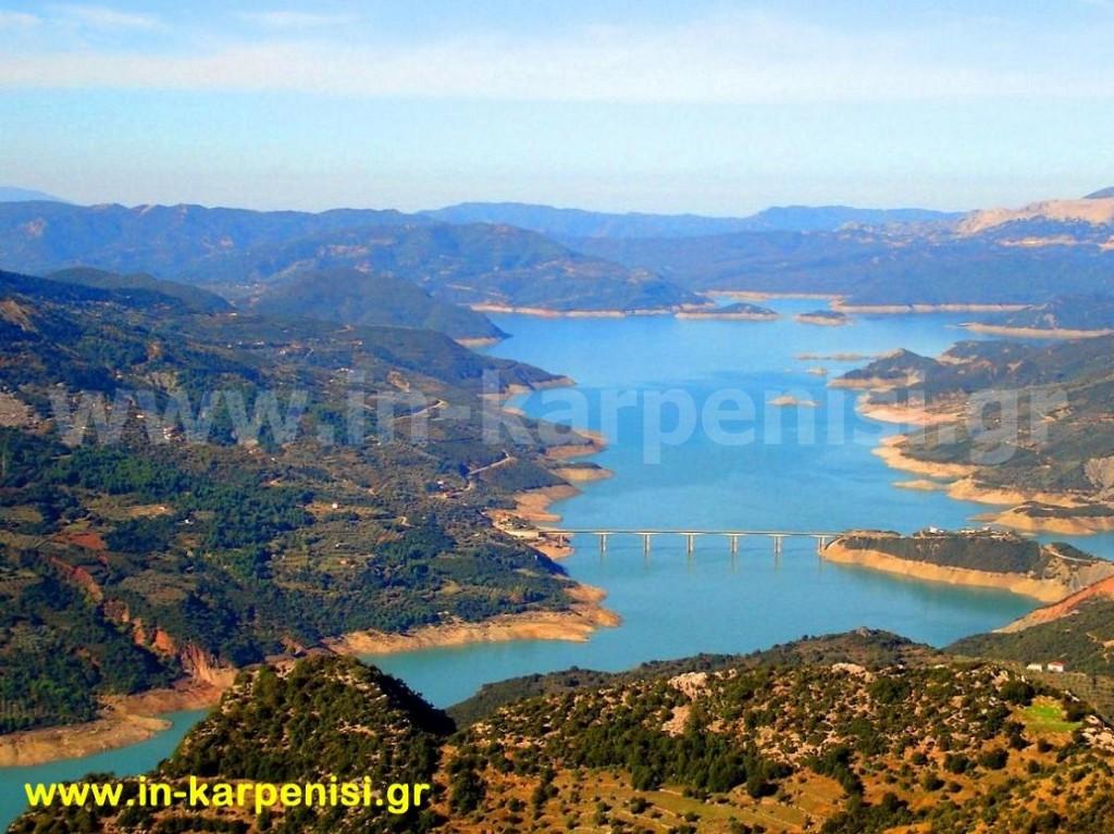 Θέα της τεχνητής λίμνης Κρεμαστών και της γέφυρας της Επισκοπής από την θέση Τσαγκαράλωνα.