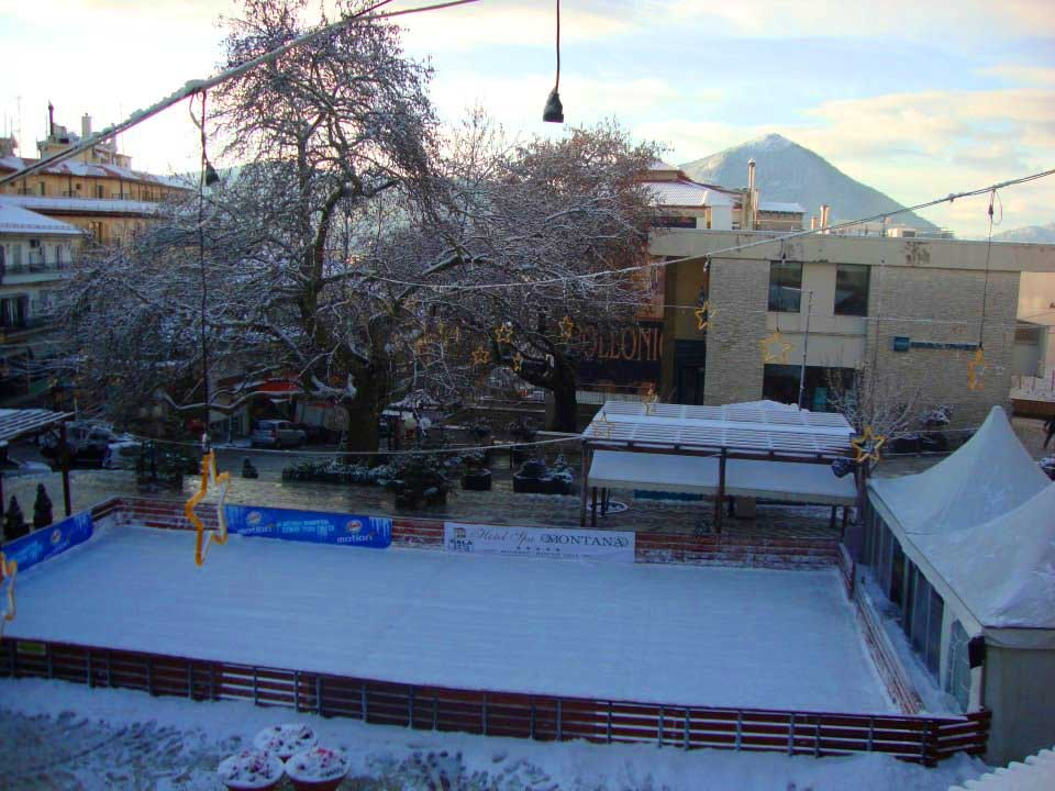 Καρπενήσι - Το παγοδρόμιο στη χιονισμένη πλατεία Καρπενησίου