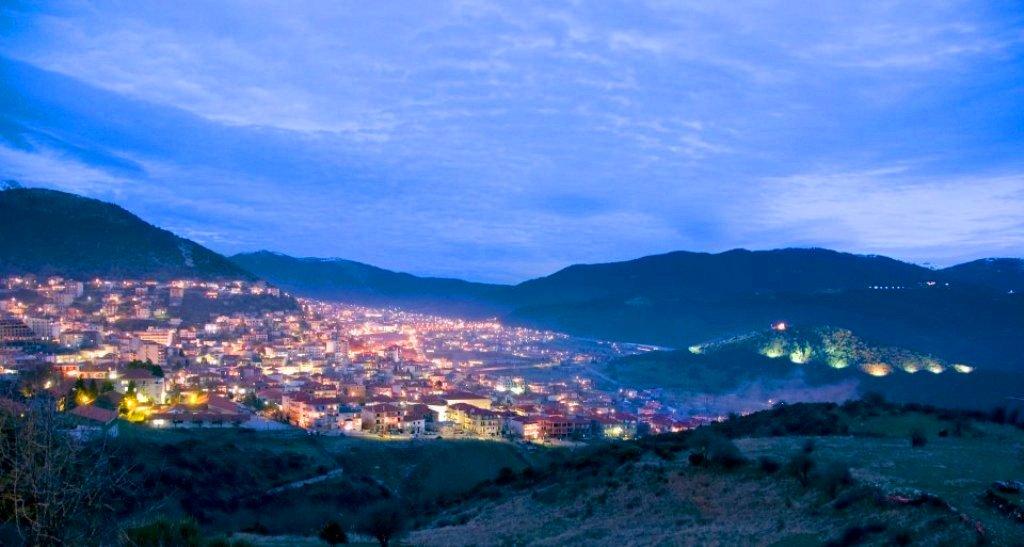 Βραδιαζει, κι αναψαν τα φωτα στο Καρπενησι.... (Photo: Spyros Tsiouris)